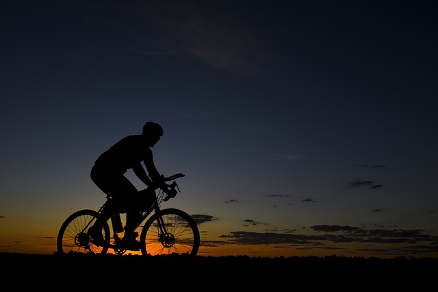 jízda na kole při západu slunce