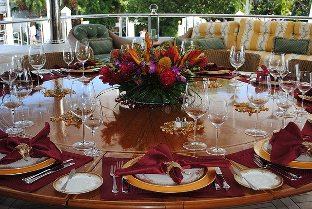 prostřený slavnostní stůl