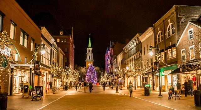 vánočně ozdobená ulice
