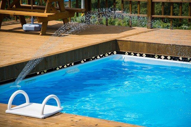 zahradní bazén s tryskou