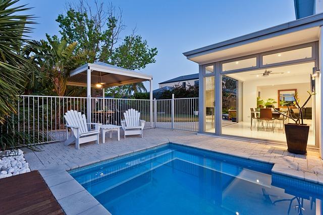 luxusní bazén u domu