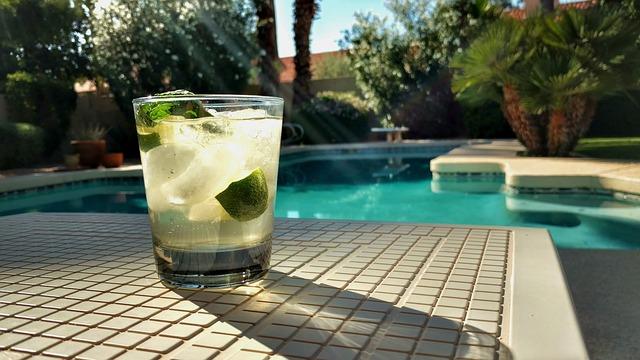 pití u bazénu