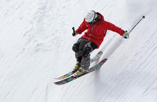 lyžař na prudkém svahu