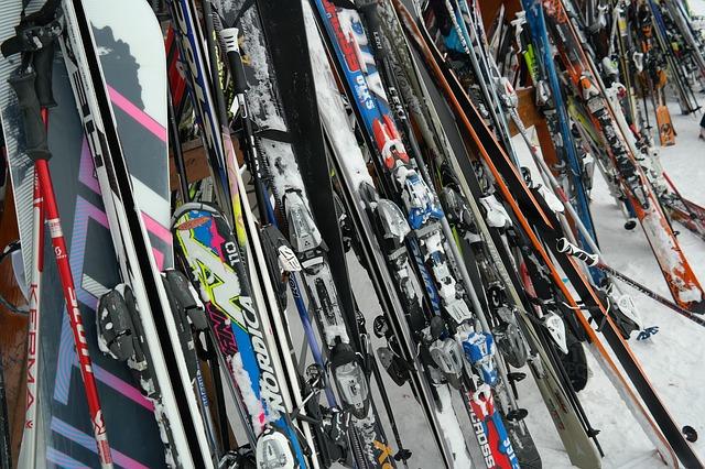 lyžařské hůlky a lyže
