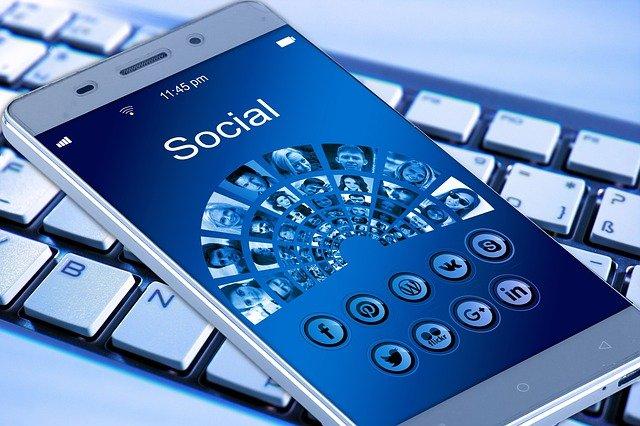 sociální sítě v mobilu