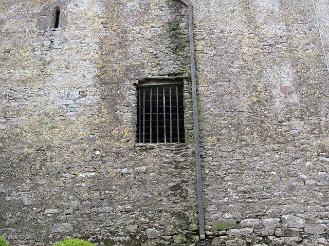 zamřížované okno