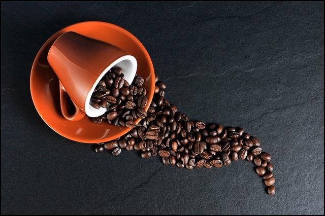 oranžový hrneček, káva, zrnka