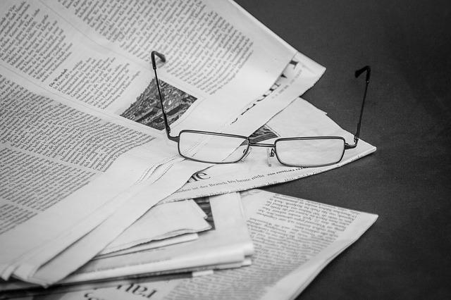 brýle na novinách