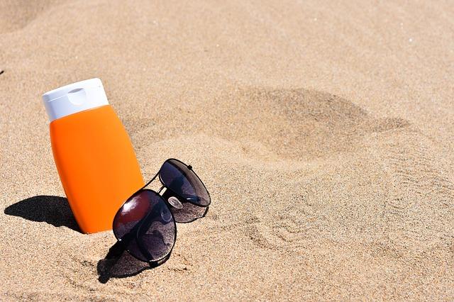 krém a brýle v písku.jpg