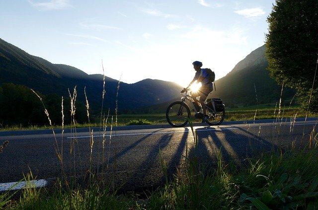 cyklista, který jede po silnici