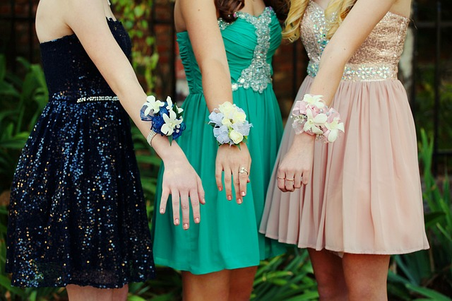 ženy v plesových šatech