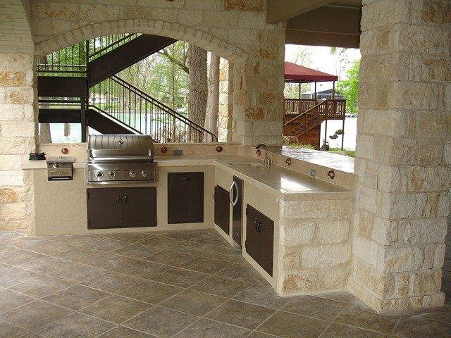 venkovní kuchyně v kameni