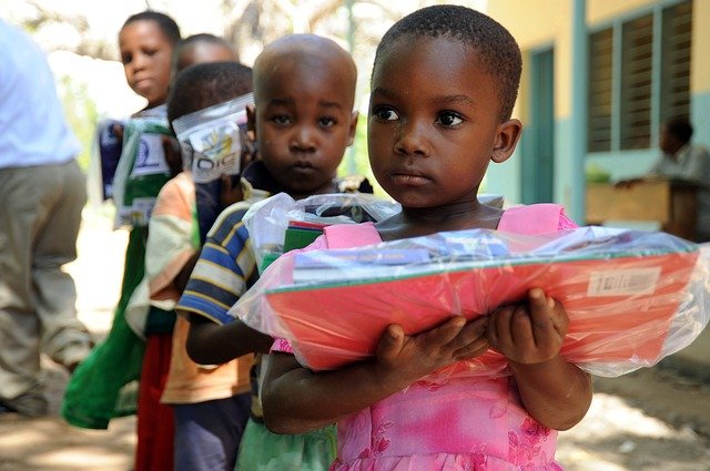 děti, které si nesou dárečky v uzavíratelných sáčcích