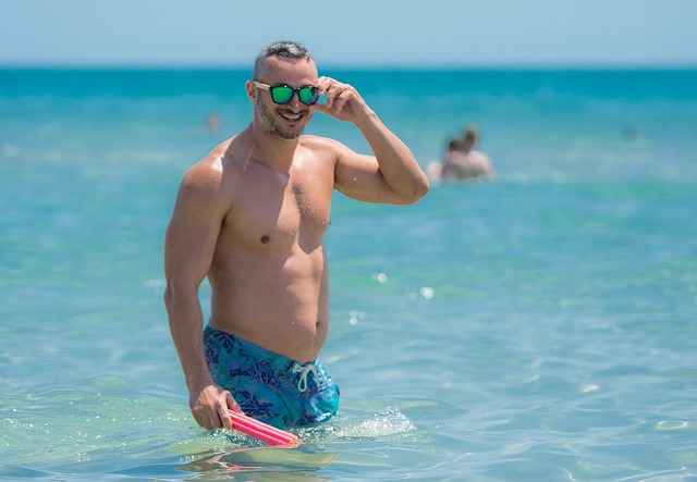 muž na pláži