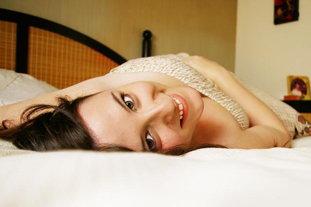 fotografie ženy v posteli