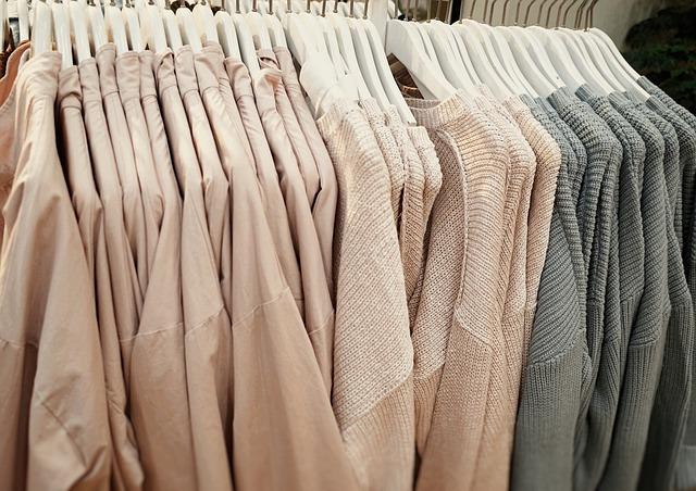 Věšáky s oblečením pro dámy