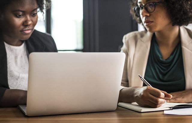 dvě ženy pracují na počítači