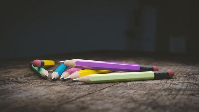 barevné tužky na stole