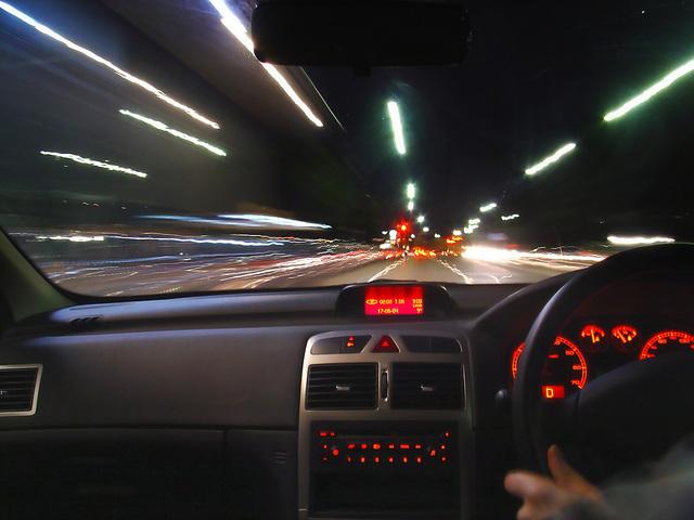 v autě při jízdě