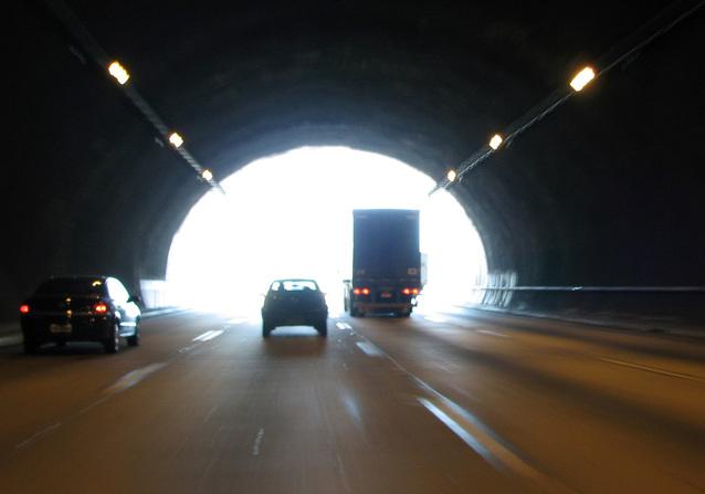 průjezd tunelem při stěhování