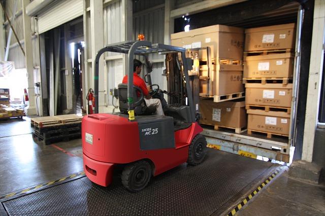 náklad z vozíku na nákladní auto – zvedací můstek