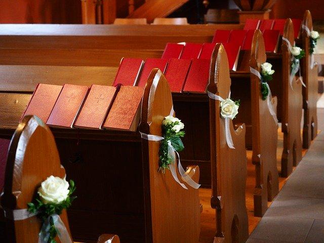 kostel – svatební výzdoba