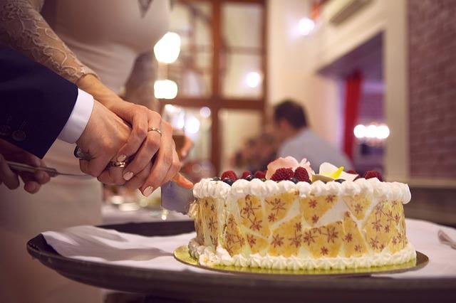 svatební dort – krájení
