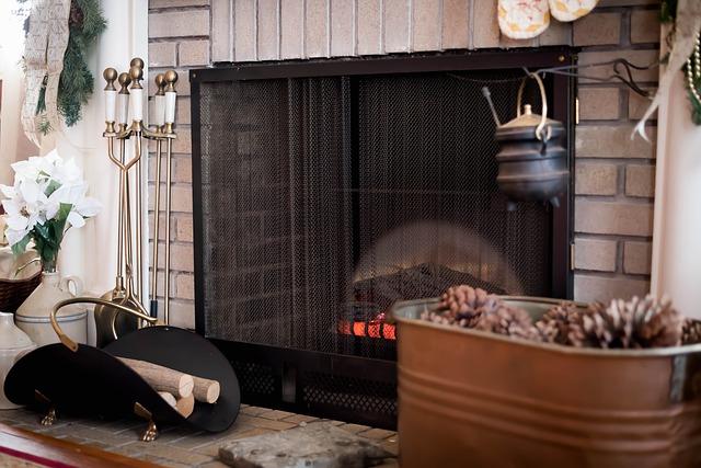 ohniště v domě, krb je zasazen do obývací místnosti, kolem jsou dekorace