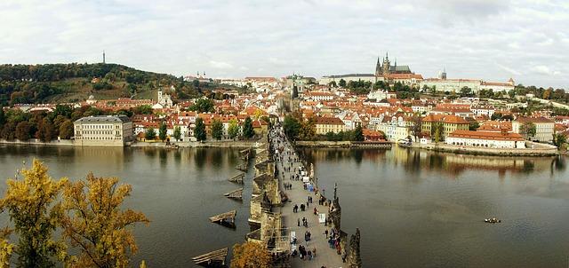 pohled na Karlův most a Pražský hrad.jpg