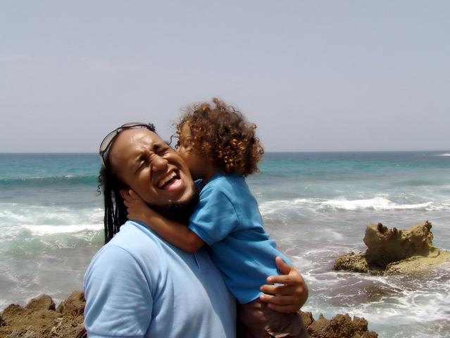 milovaný otec s dítětem na pobřeží