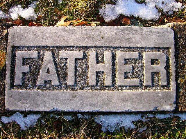 """kamenný nápis """"Otec"""" položený na zemi"""