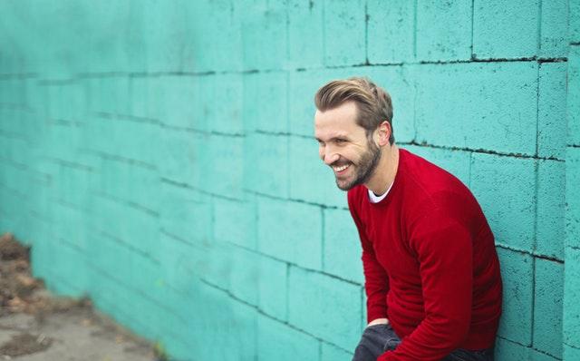 muž v červeném, modrá zeď