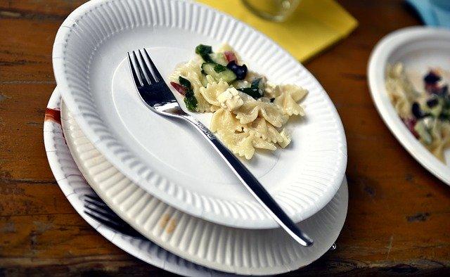 klasické bílé papírové talíře