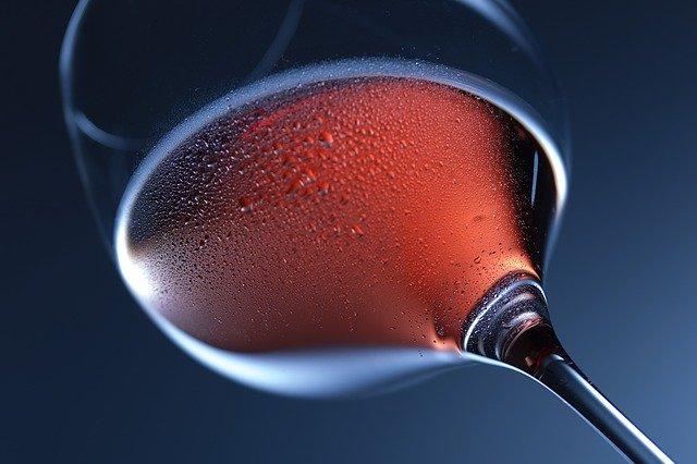 Růžové víno orosené
