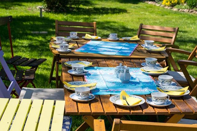 dřevěná relaxační křesla a stolek